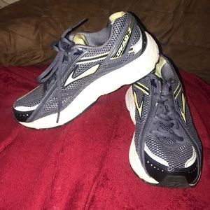 Woman's Brooks Running Shoes Dyad 7 Size 7
